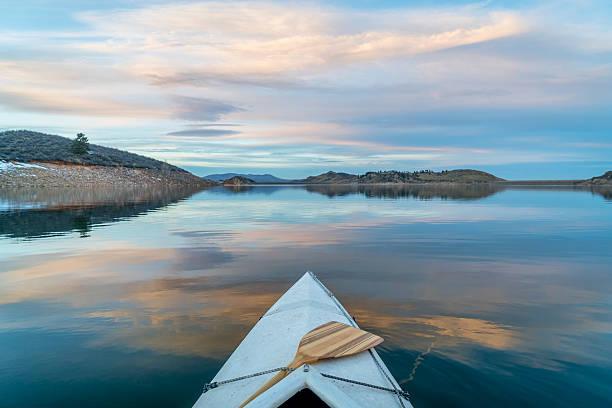 invierno en canoa con balancines en colorado - escena de tranquilidad fotografías e imágenes de stock