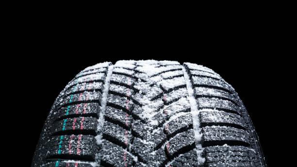 Winter Car Reifen mit Schnee Nahaufnahme Radprofil Struktur auf schwarzem Hintergrund – Foto