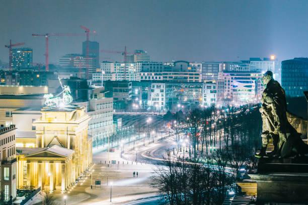 winter-stadtbild bei nacht in berlin, deutschland - berlin mitte stock-fotos und bilder