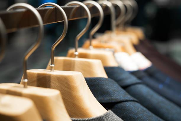 winterkleidung an einen kleiderständer gehängt - bügelsysteme stock-fotos und bilder