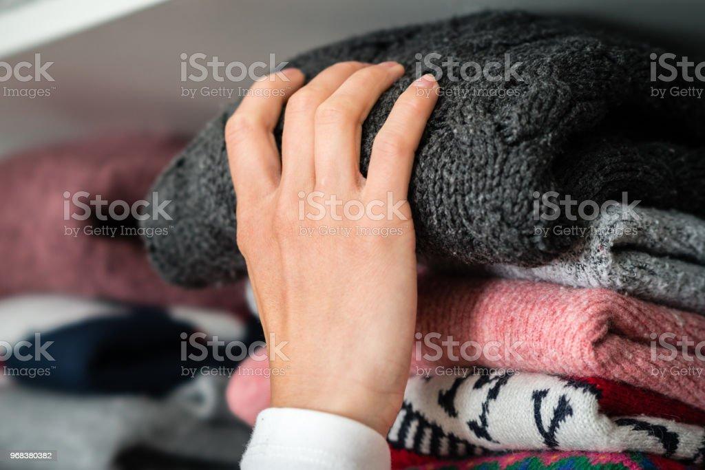Ropa de invierno en un armario - foto de stock