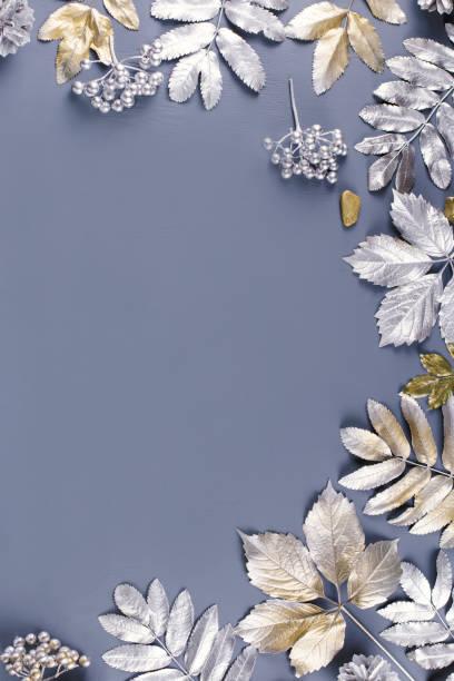 winter-konzept flach zu legen, mit goldenen und silbernen blättern, textfreiraum - laub winter stock-fotos und bilder