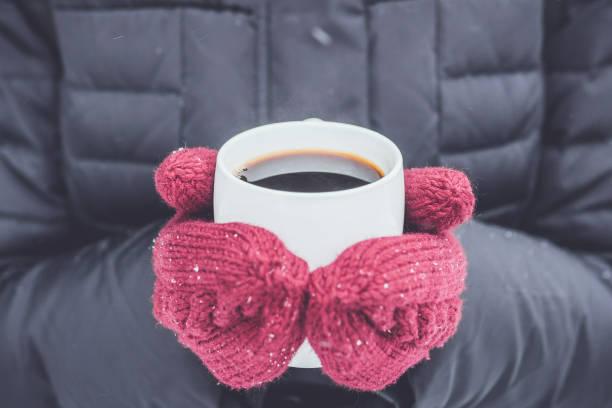 흰색 바탕에 커피의 겨울 컵 - 커피 마실 것 뉴스 사진 이미지