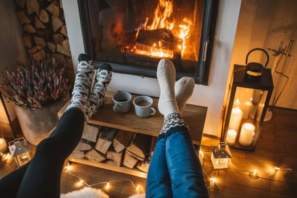 wintertag am kamin - behaglich stock-fotos und bilder