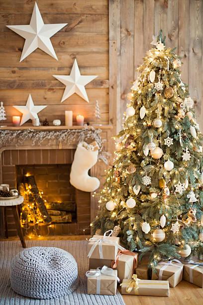 winter-dekor - kamin wohnzimmer stock-fotos und bilder