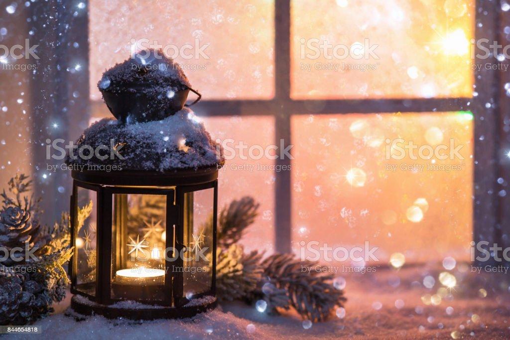 Winterdekoration mit einer kerze in der n he von der tief - Winterdekoration fenster ...