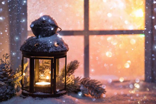 decoração de inverno com um castiçal perto da janela de neve - luz da vela - fotografias e filmes do acervo