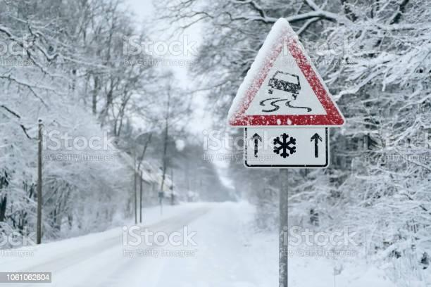 Winter Driving Schneefall Auf Einer Landstraße Fahren Auf Es Wird Gefährlich Stockfoto und mehr Bilder von Auto