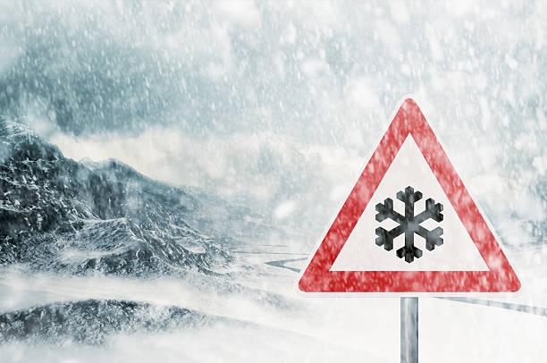Das Fahren im winter mit Schnee in den Bergen – Foto