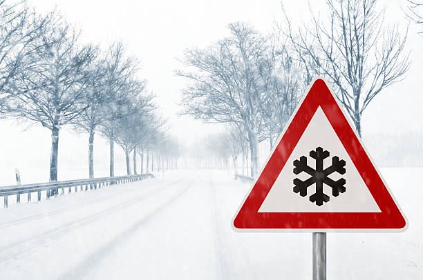 winter auto-schnee country road - es schneit text stock-fotos und bilder
