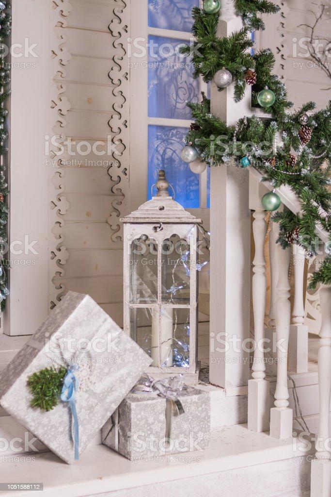Exterior De Una Casa Rural Con Decoraciones De La Navidad En