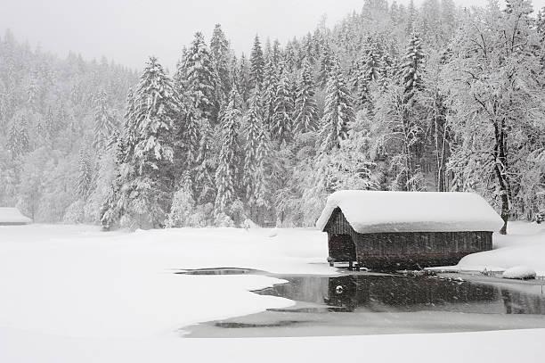winter märchen-toplitzsee - traumscheune stock-fotos und bilder