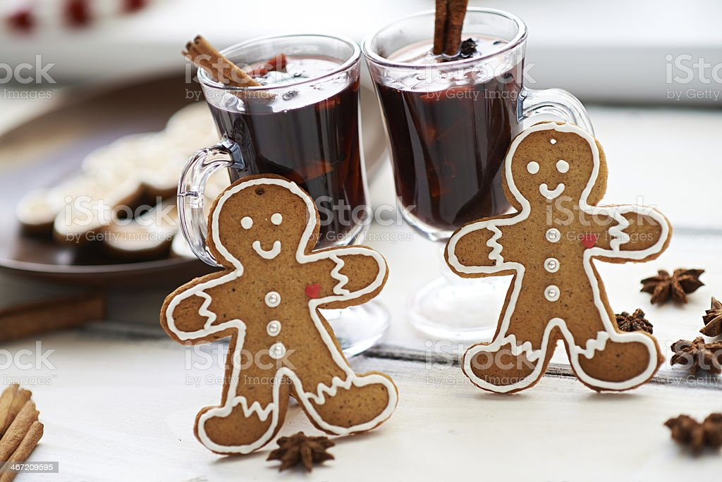 Two cups of mulled wine and two gingerbread men