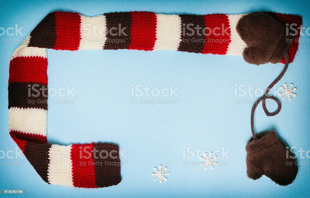 Winter frame with mittens, scarf and small snowflakes - foto de acervo