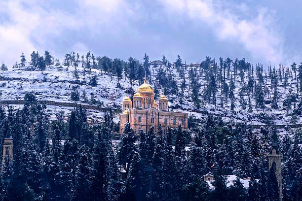 winter golden domes of orthodox church in jerusalem hills - russisch orthodoxe kirche stock-fotos und bilder
