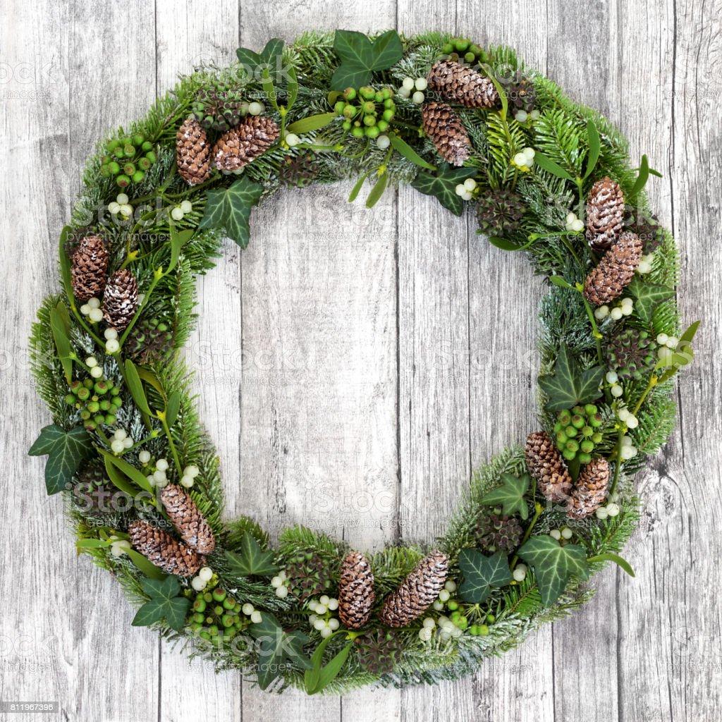 Vinter grönska krans bildbanksfoto
