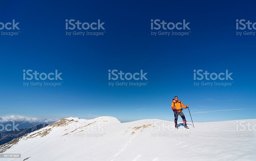 Winter hiking in the mountains with a backpack. Lizenzfreies stock-foto