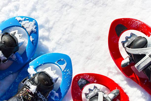 la randonnée en hiver. - raquette photos et images de collection