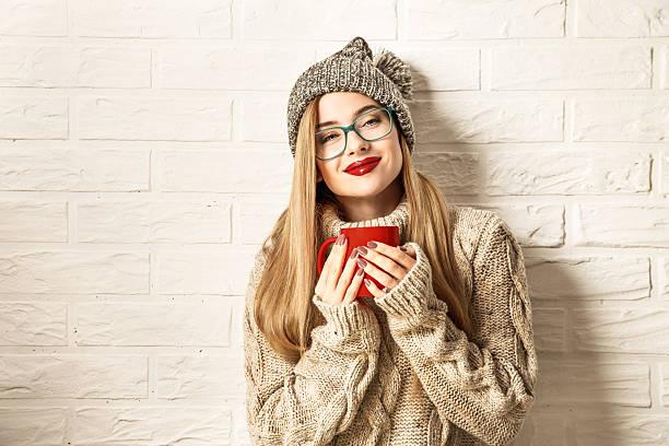 Winter Hipster Girl Enjoying a Cup of Hot Tea – Foto