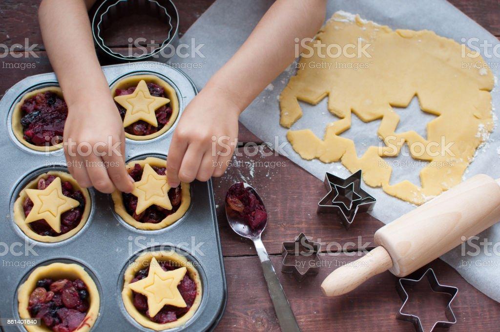 actividades de férias de inverno com crianças. Fazendo juntos mince tortas para o Natal - foto de acervo
