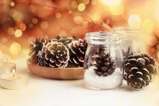 winter-urlaub-weihnachts-dekor. gläser mit kerzen natürliche tannenzapfen - rustikale einweckgläser stock-fotos und bilder