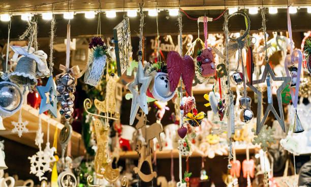 winter vakantie kiosk met feestelijke cadeaus en souvenirs - bazaar stockfoto's en -beelden