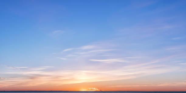 zimowy horyzont o zachodzie słońca z jasnymi kolorowymi chmurami - zmrok zdjęcia i obrazy z banku zdjęć