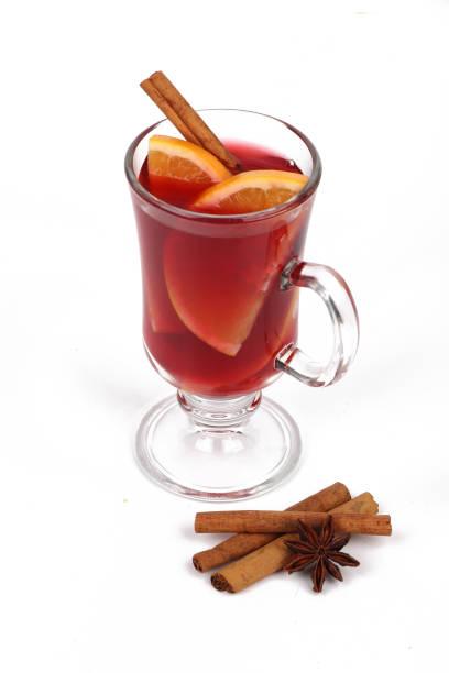 Winter Heißgetränk Weihnachtstee oder Glühwein - Glasschale mit Orange und Weihnachtstee oder Glühwein – Foto