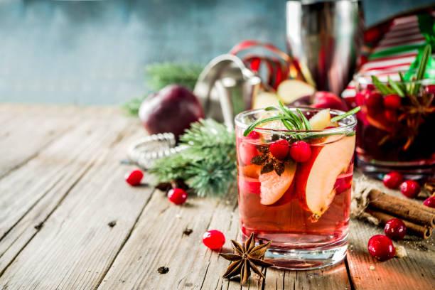 winter hot sangria cocktail - cocktail stockfoto's en -beelden