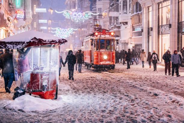 winter in istiklal street, beyoglu, istanbul - i̇stiklal caddesi stockfoto's en -beelden