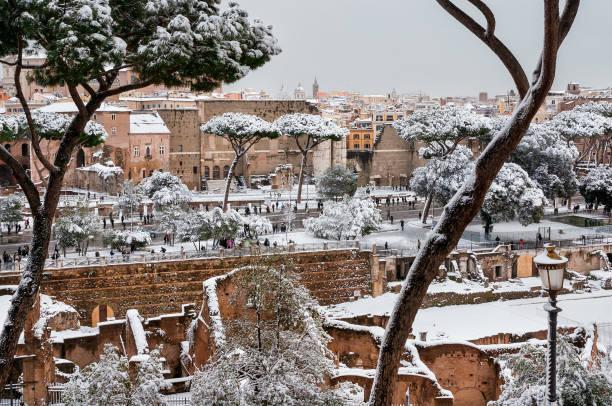 inverno a roma. - rome road central view foto e immagini stock