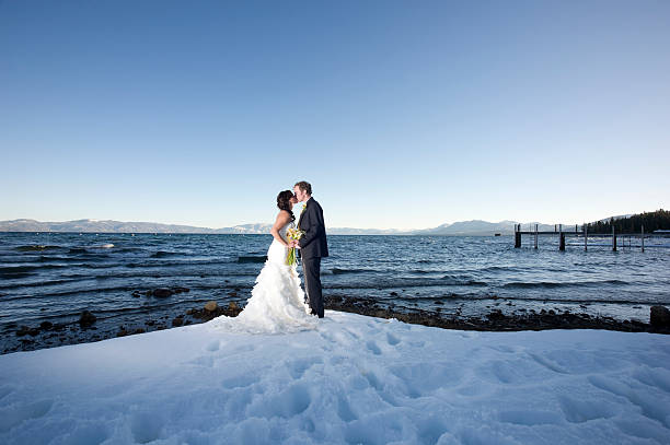 winter-kiss - lake tahoe winter stock-fotos und bilder