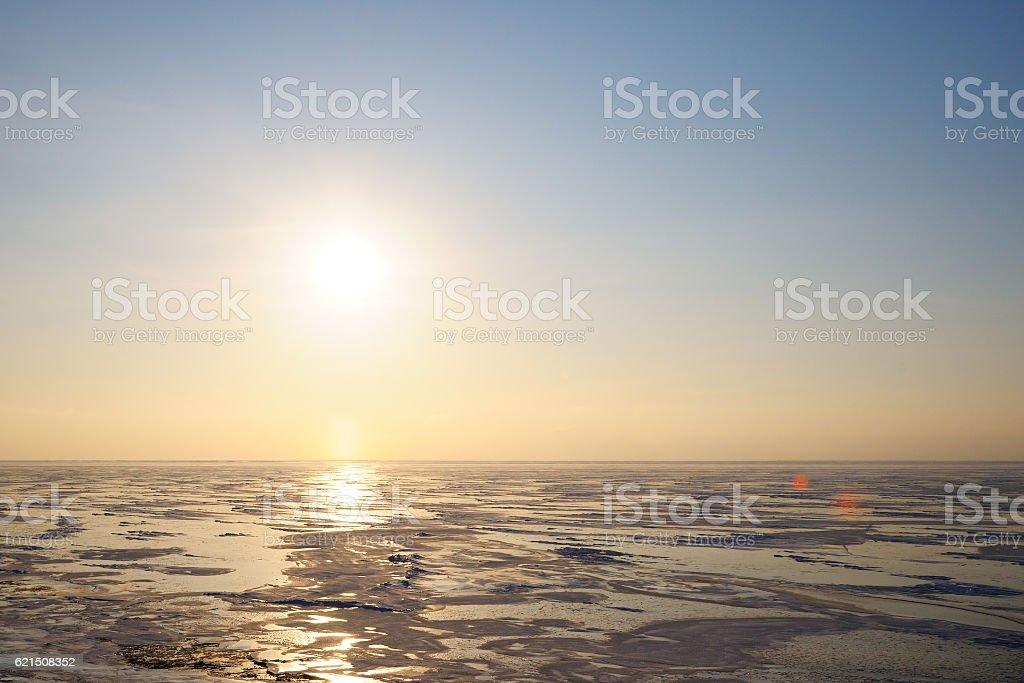 Winter lake bei Sonnenaufgang Lizenzfreies stock-foto