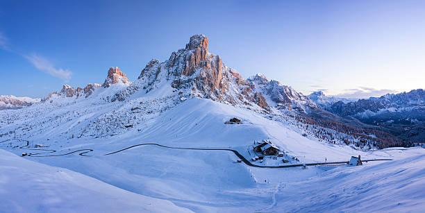 inverno paesaggio di passo giau, dolomiti, italia - dolomiti foto e immagini stock