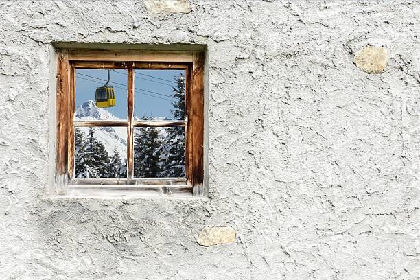 Winter-Landschaft mit mountain railway in Holz Fenster – Foto
