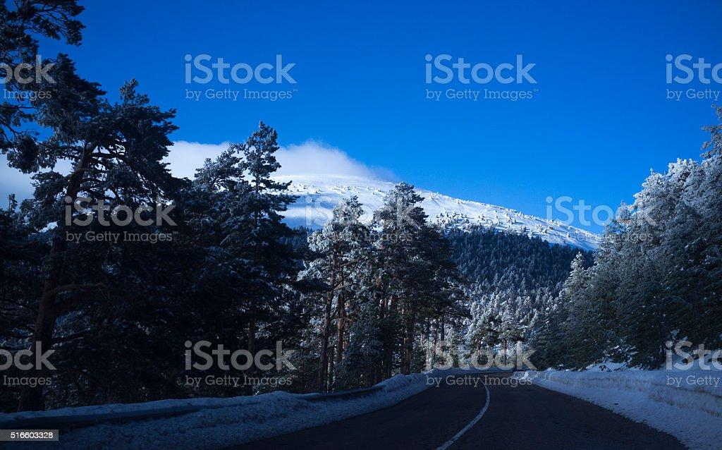 Invierno paisaje con nieve y un camino en Navacerrada, Madrid - foto de stock