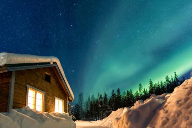 winter landscape with wooden house under a beautiful starry sky and northern lights, sweden - szwecja zdjęcia i obrazy z banku zdjęć