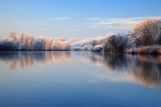 Winter-Morgen, Frost bedeckt Landschaft Bäume und am Fluss – Foto