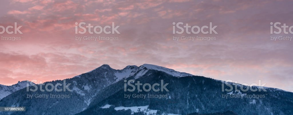 Winterpanorama Berg Landschaft bei Sonnenuntergang mit einem bunten Himmel – Foto