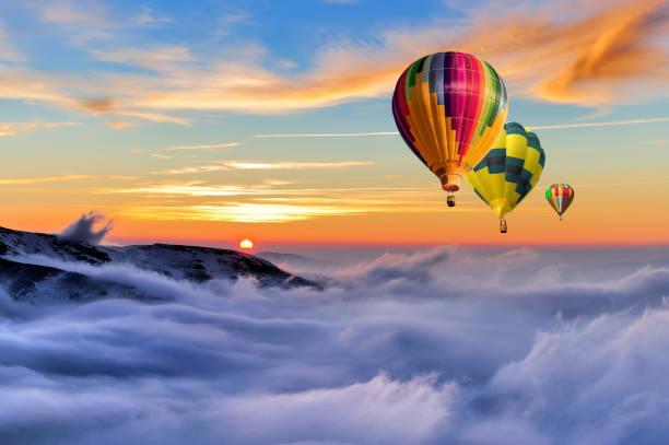 winter-berg mit luftballon - eis ballons stock-fotos und bilder