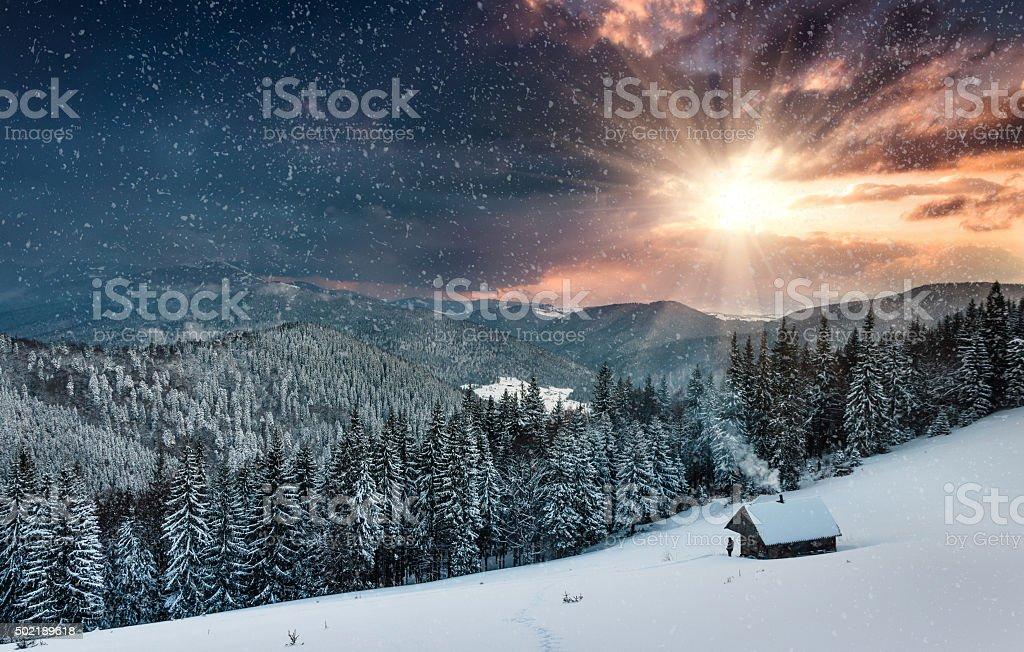 Winter Berge. Blick auf den Hof und Sehenswürdigkeiten in der Nähe. – Foto