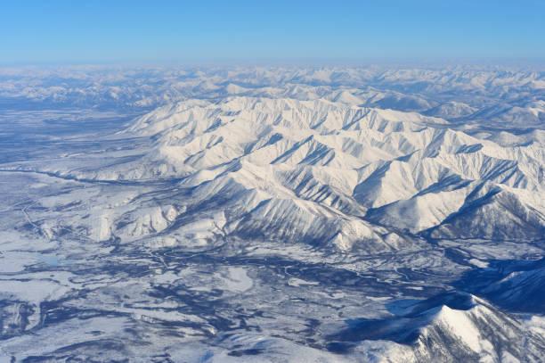 winter ojmjakon (jakoetsk) vanuit vogelperspectief. - siberië stockfoto's en -beelden
