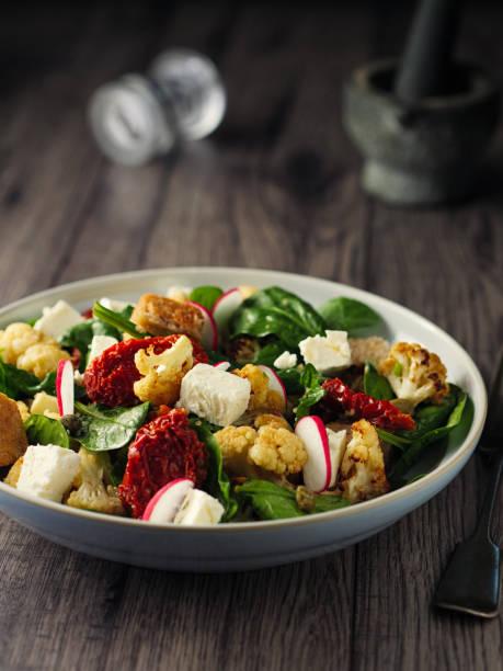 winter-panzanella salat - radieschen salat stock-fotos und bilder