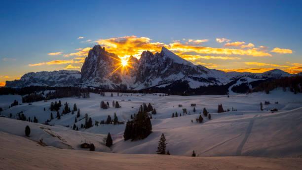 winterparadies - sonnenaufgang am alpe di siusi, südtirol, italien - seiser alm stock-fotos und bilder