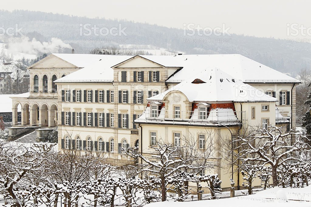 Winter Park Und Spabad Und Villen Im Schnee Wald Deutschland ...