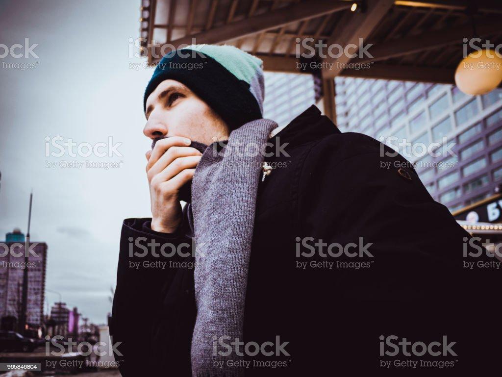 vinter porträtt av man i jacka med halsduk utanför i staden - Royaltyfri Allvarlig Bildbanksbilder