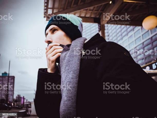 Vinter Porträtt Av Man I Jacka Med Halsduk Utanför I Staden-foton och fler bilder på Allvarlig