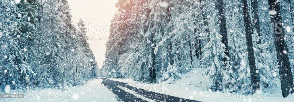 winter-Straße in den Tag – Foto