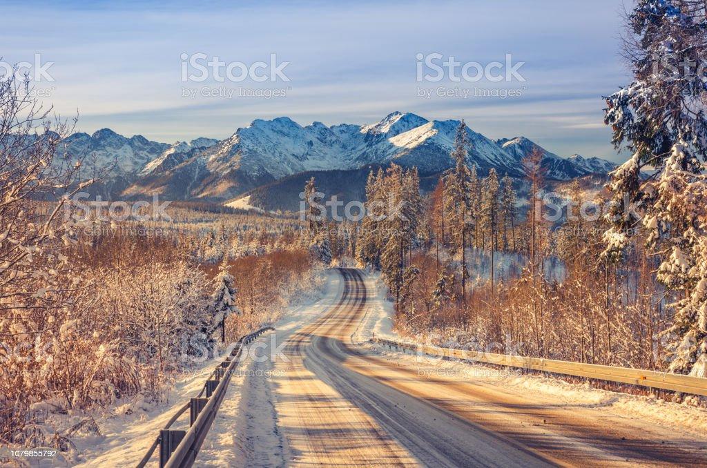 Winter Straße Landschaft, schneebedeckten hohen Tatra, Polen – Foto