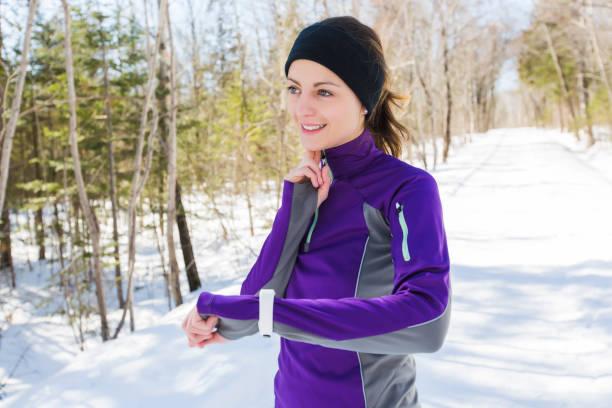 winter, die übung ausführen. läufer joggen im schnee. - gewicht schnell verlieren stock-fotos und bilder